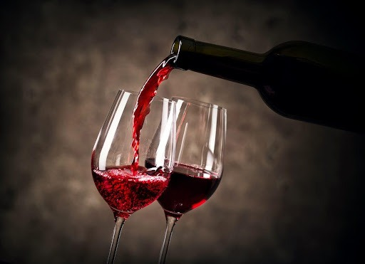 achats-vins-de-bourgogne-vin-servi-dans-une-verre